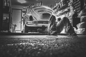 Réparation d'une voiture dans un garage