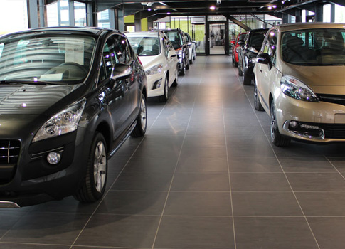 Showroom avec véhicules Auto ICI